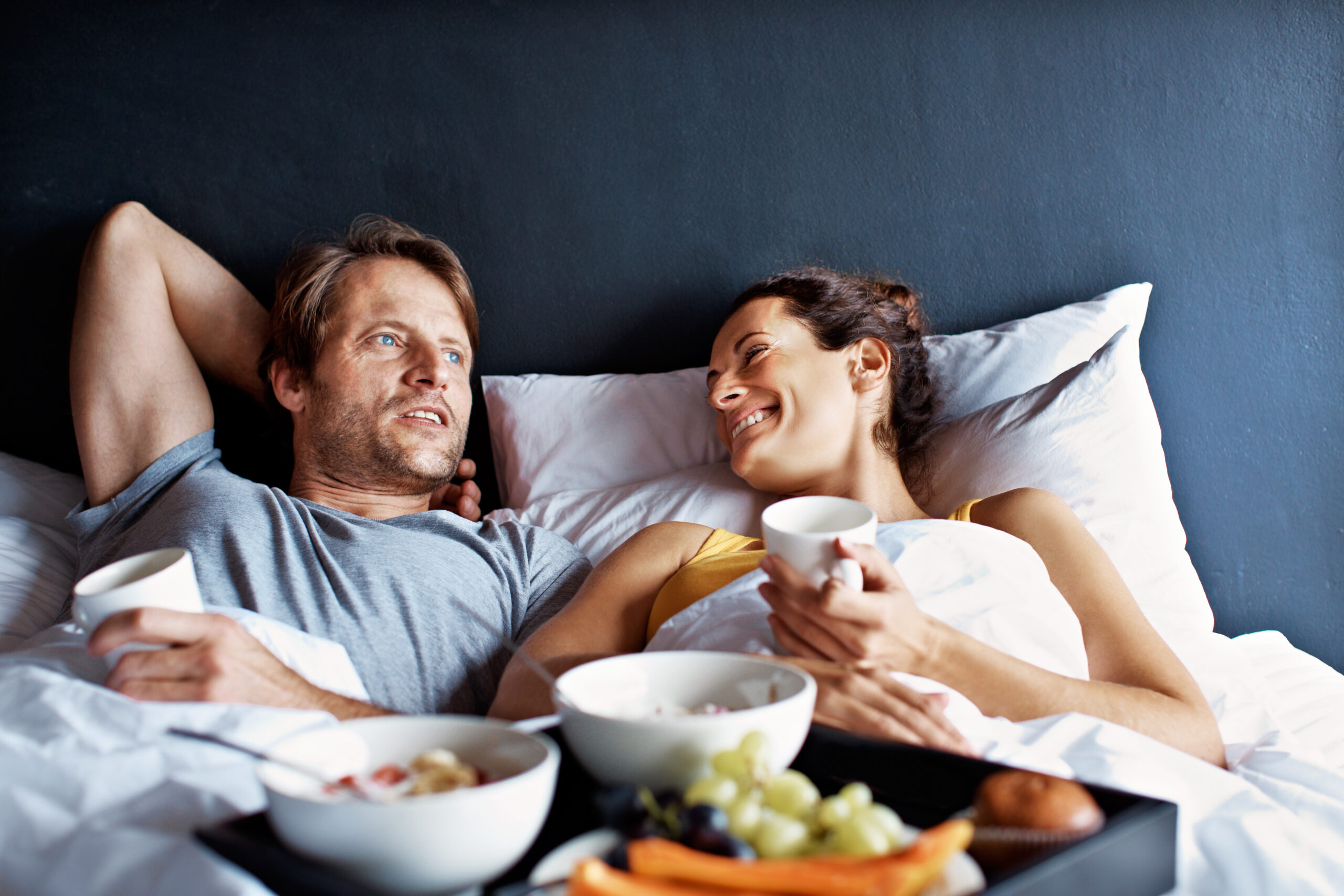 Couple dîner au lit